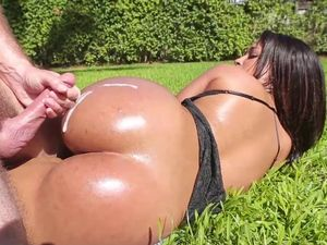 Latina Beauty With A Nice Ass Gets Pounded Outside